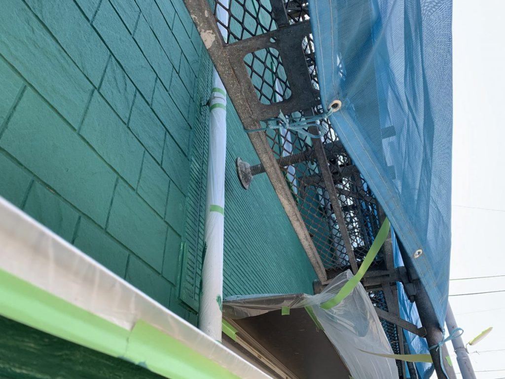 今年に入り外装の塗装をいたしました、外装がサイデングで結構経年劣化してきたので、ガーディアンと付いたしました。 なんとコーキング打替えず、ひび割れ部分コーキングで補修後塗布する事で、膜が出来その上からプライマー塗布して仕上げかけると、全体的に破水・防水性能上がる事と瑕疵(かし)担保保険会社推奨しています。 又屋根遮熱塗料塗布したところ、例年夏はエアコン温度設定、26度にしていたのですが、塗布後の今年は28度ぐらいで寒い時もあるぐらい効きが良くなりました、遮熱塗料馬鹿に出来ないです! 一般塗料との価格差すぐに元が取れると思います。(世田谷区で補助金も出しています参考までに)